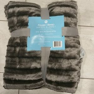 Other - NWT luxurious plush & micro Sherpa Queen Blanket